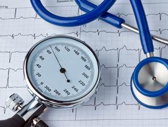 С осторожностью рекомендуется принимать препарат тем, у кого проблемы с артериальным давлением