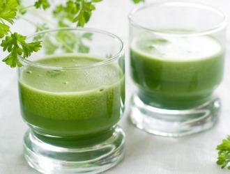 В чем польза свежевыжатого сока петрушки?