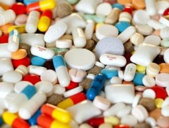 При белых выделениях у мужчин могут назначать антибактериальную терапию